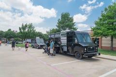 食物卡车供营商以顾客购买和食物口味品种  库存照片