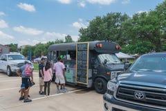 食物卡车供营商以顾客购买和食物口味品种  免版税图库摄影