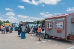 食物卡车供营商以顾客购买和食物口味品种  免版税库存照片