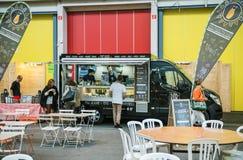 食物卡车在卖生物食物的法国 免版税库存照片