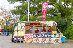 食物卡车在大阪城堡公园 图库摄影