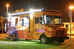 食物卡车的夜图象在公园 免版税库存图片