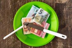 食物和吃财富的价格 背景黑色概念概念性费用房主房子图象挣的货币表示 免版税库存图片