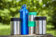食物和水热水瓶本质上在木桌上的 免版税库存图片