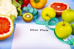 食物和纸片与饮食的计划 免版税库存照片