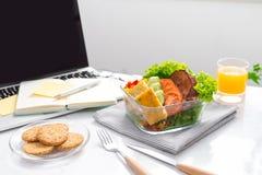 食物在办公室 工作的健康午餐 图库摄影