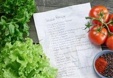 食物在木桌上的食谱纸 免版税图库摄影