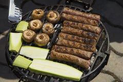 食物在格栅被烹调 免版税图库摄影