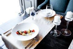 食物在桌上的餐馆 库存图片
