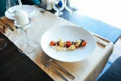食物在桌上的餐馆 库存照片