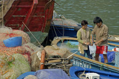 食物在美丽的传统fischermans村庄的一个鱼市 库存图片