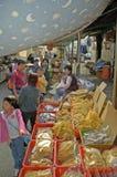 食物在美丽的传统fischermans村庄的一个鱼市 免版税库存照片