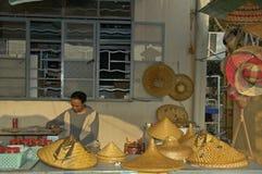 食物在美丽的传统fischermans村庄的一个鱼市 免版税图库摄影