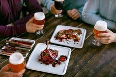 食物在餐馆 肉盘和啤酒在表上 免版税库存照片