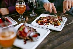 食物在餐馆 肉盘和啤酒在表上 库存照片