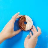 食物多福饼点心背景在生动的蓝色bg的 库存图片