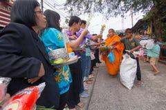 给食物奉献物一个和尚在早晨 免版税库存照片