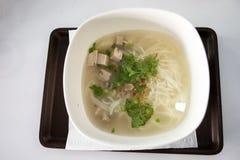 食物套与猪肉排骨和猪肉香肠的早餐越南米粉汤面在早晨时间的地方餐馆 免版税库存图片