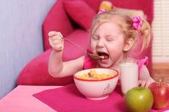 食物女孩一点 免版税库存图片