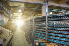 食物工厂制造、工业传送带或者线与甜曲奇饼的准备,食物生产的过程 图库摄影