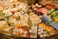 食物待售在一个室内市场上在温哥华 免版税库存照片