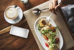 食物承办酒席吃手机咖啡馆餐馆概念 免版税库存照片