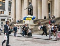 食物推车和游人在联邦国家纪念堂,更低的曼哈顿前面 免版税库存照片