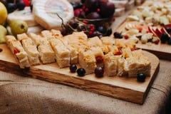 食物摄影切了面包用在委员会的莓果 免版税图库摄影
