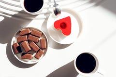 食物摄影咖啡和一个心形的蛋糕 附近的谎言巧克力甜点 甜点从上面观看 库存图片