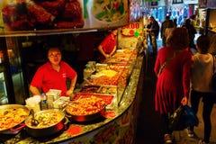食物摊位在坎登市场,伦敦,英国上 免版税图库摄影