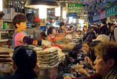 食物摊位在Gwangjang食品批发市场在汉城 免版税库存图片