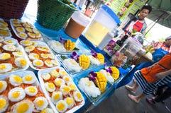 食物摊位外部Chatuchak市场,曼谷 库存照片