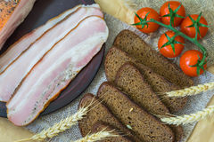 食物新鲜有机 快的鲜美快餐 切片桃红色烟肉,片断黑麦面包,成熟红色蕃茄特写镜头视图  库存图片