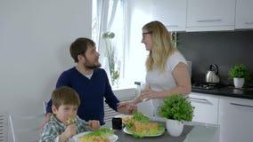 食物时间,年轻家庭笑和在家互相拥抱在晚餐期间 影视素材