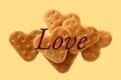 食物曲奇饼在黄色背景的心脏爱 免版税库存图片