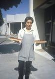 食物服务器运载的樱桃饼 免版税库存照片