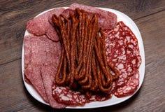 食物板材用可口蒜味咸腊肠,切的香肠片断,热 免版税库存照片
