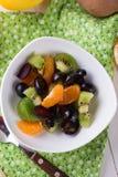 食物果子葡萄桔子瓷沙拉素食主义者 免版税库存图片