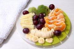 食物果子葡萄桔子瓷沙拉素食主义者 免版税库存照片