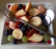 食物果子葡萄桔子瓷沙拉素食主义者 图库摄影