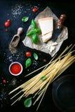食物框架、意大利食物背景、健康食物概念或者成份烹调的面团在葡萄酒背景 免版税图库摄影