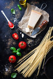 食物框架、意大利食物背景、健康食物概念或者成份烹调的面团在葡萄酒背景 免版税库存图片