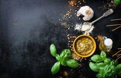 食物框架、意大利食物背景、健康食物概念或者成份烹调的pesto调味汁在葡萄酒背景 图库摄影