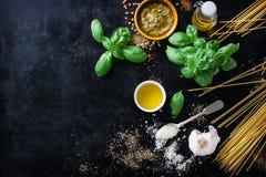 食物框架、意大利食物背景、健康食物概念或者成份烹调的pesto调味汁在葡萄酒背景 免版税库存照片
