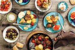 食物桌、油煎的肉与菜,沙拉和快餐 免版税库存照片