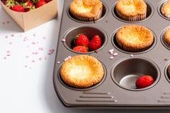 食物概念新鲜的自创烘烤杯形蛋糕和狂放的strawberrys 库存照片