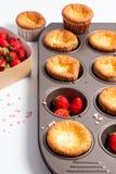 食物概念新鲜的自创烘烤杯形蛋糕和狂放的strawberrys 免版税库存照片