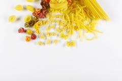 食物概念-各种各样的未煮过,未加工的意大利面团,在白色背景,顶视图,文本的,集合地方 库存照片