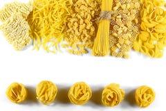 食物概念-在白色背景,顶视图,文本的,集合地方的各种各样的未煮过,未加工的意大利面团 库存照片