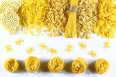 食物概念-在白色背景,顶视图,集合的各种各样的未煮过,未加工的意大利面团 库存图片